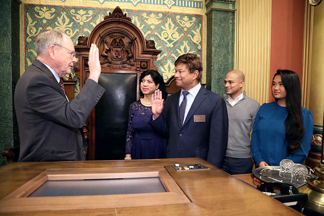 Clerk Gary Randall swore in State Representative Shri Thanedar (D-Detroit) on November 30, 2020.